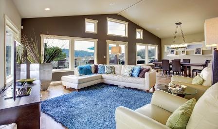 Wohnzimmer mit vielen Einrichtungsgegenständen